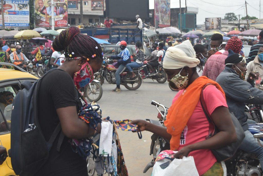 Port obligatoire des masques. Plusieurs Camerounais se sont couvert une partie du visage ce jour du 13 avril 2020 pour contourner les mesures annoncées de répression au cas où ils ne les porteraient pas.