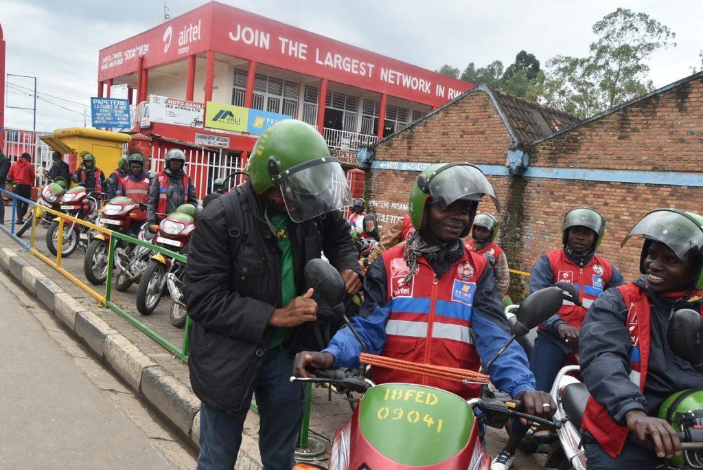 Une moto, deux places, deux casques !